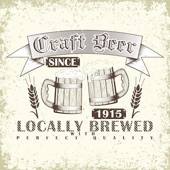 Emblema da tipografia da cerveja artesanal com canecas de cerveja de madeira