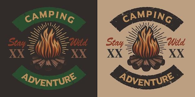 Emblema de acampamento vintage colorido com fogueira. ideal para logotipos, camisetas e muitos outros usos