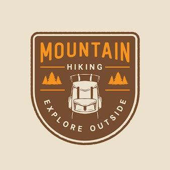 Emblema de caminhada na montanha