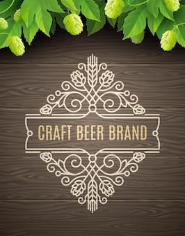 Emblema de cerveja verde de lúpulo e floresce em um fundo de prancha de madeira
