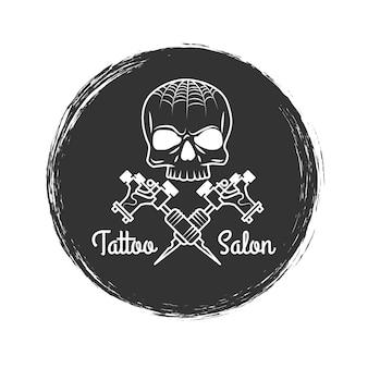 Emblema de grunge de salão de tatuagem com caveira