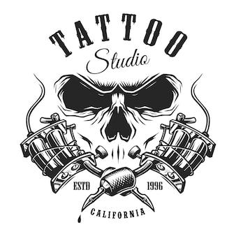 Emblema do estúdio de tatuagem com máquinas e crânio