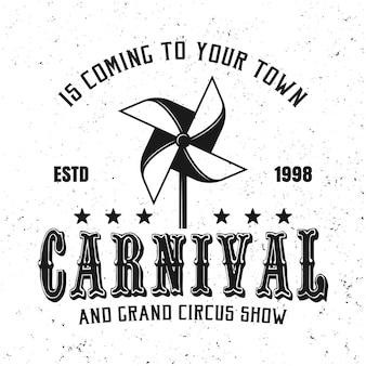 Emblema, etiqueta, crachá ou logotipo de carnaval preto em estilo vintage com brinquedo de moinho de papel isolado no fundo branco