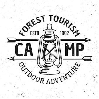 Emblema, etiqueta, crachá ou logotipo vintage de acampamento com lampião a gás isolado no fundo branco