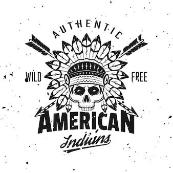 Emblema, etiqueta, distintivo ou logotipo de vetor de crânio de chefe índio em estilo vintage monocromático isolado no fundo com texturas removíveis de grunge