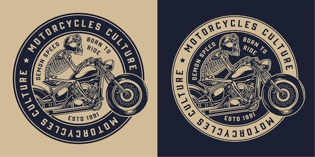 Emblema redondo vintage para motocicleta com esqueleto e capacete de motociclista em um helicóptero monocromático