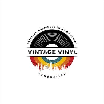 Emblema retrô vintage, selo, etiqueta, adesivo e logotipo de disco de vinil distintivo com cor vintage e pinheiros