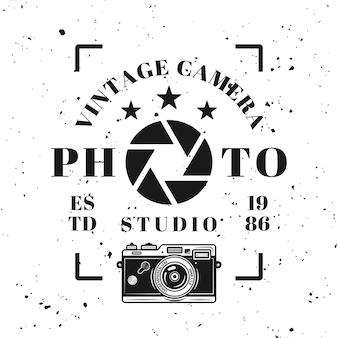 Emblema tipográfico, etiqueta, crachá ou logotipo de estúdio de fotografia em estilo vintage monocromático isolado no fundo com textura removível de grunge