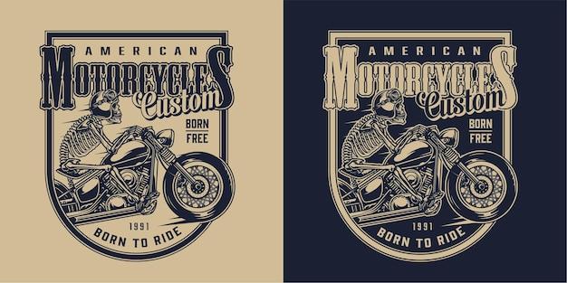 Emblema vintage de motocicleta americana personalizada com esqueleto de motociclista andando de moto em estilo monocromático
