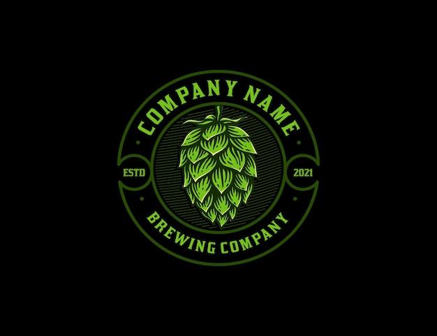 Emblema vintage logotipo da empresa de fabricação de cerveja com flor de lúpulo desenhada à mão