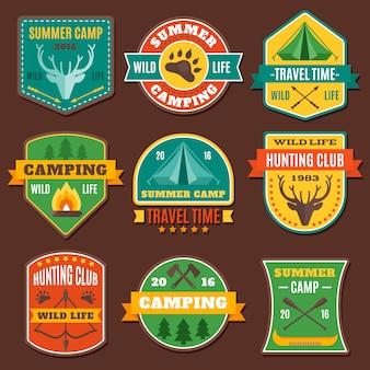 Emblemas coloridos de acampamento de verão