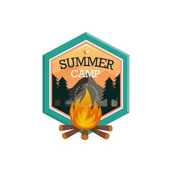 Emblemas com o logotipo da montanha para acampamento de verão