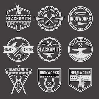 Emblemas de ferreiro branco sobre fundo preto