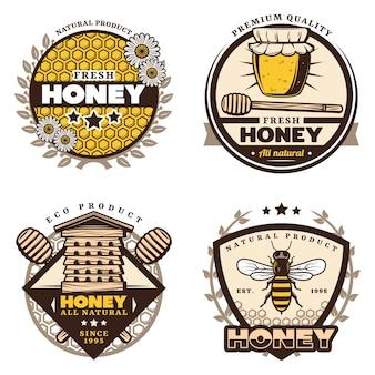 Emblemas de mel coloridos vintage com inscrições, favos de mel, flores, jarro, vara, colmeia