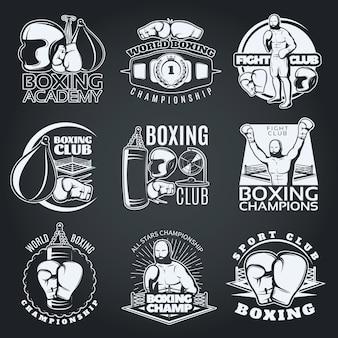 Emblemas monocromáticos de clubes e competições de boxe com luvas de esportista sacos de pancadas