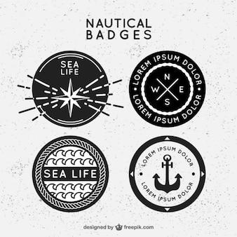 Emblemas náuticas preto e branco no design plano