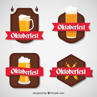 Emblemas planos com óculos de cerveja e fitas
