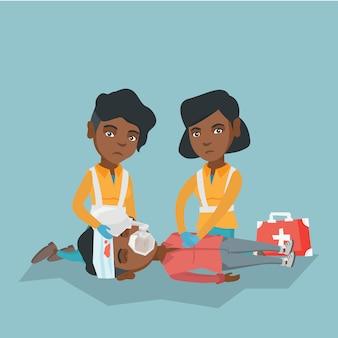 Emergência fazendo ressuscitação cardiopulmonar.