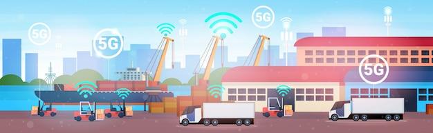 Empilhadeiras que carregam caixas de papelão do navio de carga industrial para contêineres em semi-reboque de reboque 5g sistema sem fio on-line conexão logística armazém centro horizontal
