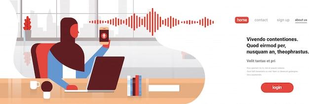 Empresária árabe segurar telefone banner inteligente