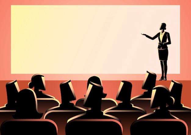 Empresária dando uma apresentação na tela grande