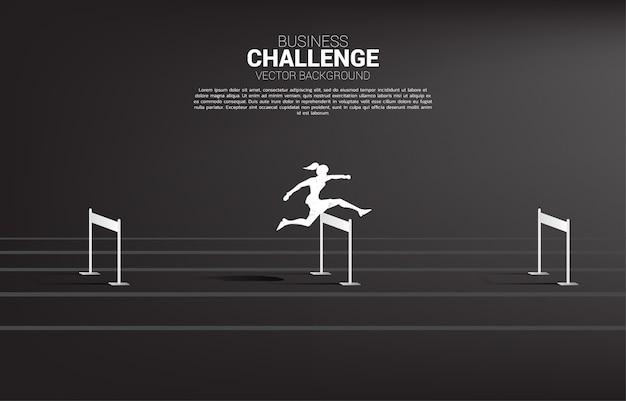 Empresária de silhueta pulando obstáculos obstáculo. conceito de plano de fundo para obstáculos e desafios nos negócios