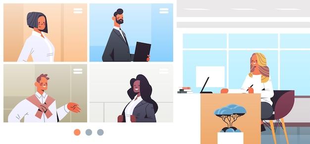 Empresária discutindo com empresários nas janelas do navegador da web durante a conferência corporativa. equipe de corrida mista trabalhando por ilustração de videochamada em grupo