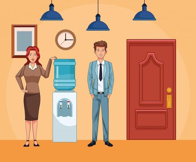 Empresária e empresário ao lado do dispensador de água