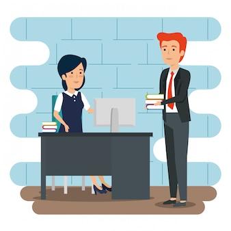 Empresária e empresário no escritório