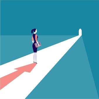 Empresária em pé na luz da porta com sombra de seta. aspirações, solução, perspectiva de carreira, propósitos, novos objetivos e metas