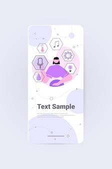 Empresária escolhendo aplicativos móveis conceito de rede social