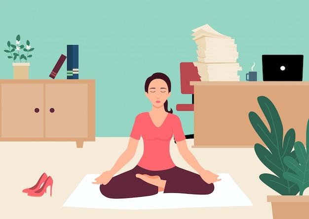 Empresária fazendo yoga no escritório