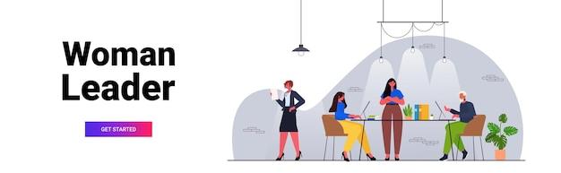 Empresária líder trabalhando com empresários equipe conceito de trabalho em equipe escritório moderno interior ilustração vetorial horizontal de corpo inteiro