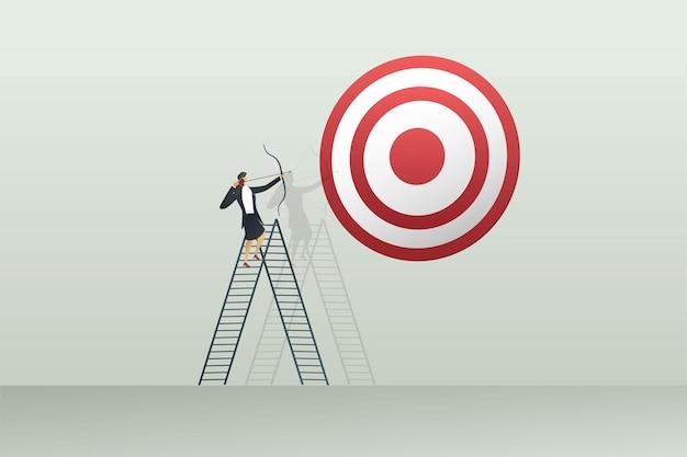 Empresária mirando arco e flecha em metas, objetivo e estratégia de sucesso conceito de negócios