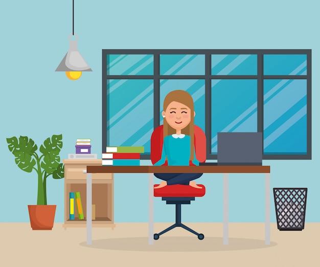 Empresária praticando ioga na cadeira do escritório