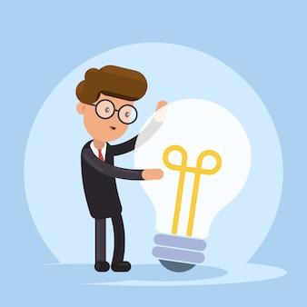 Empresário abraça uma grande lâmpada. grande boa ideia.
