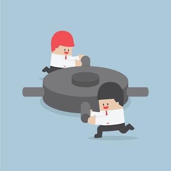 Empresário, ajudando uns aos outros para empurrar a engrenagem