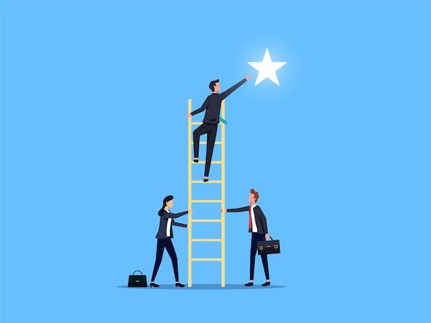 Empresário, alcançando a estrela com outras ajudas. trabalho em equipe e conceito de confiança