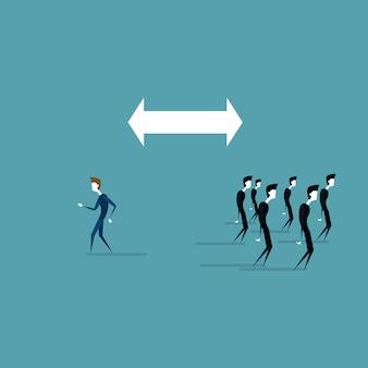 Empresário andando para o lado diferente da seta do grupo de pessoas de negócios