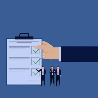 Empresário apresenta entrevista de pesquisa de formulário.