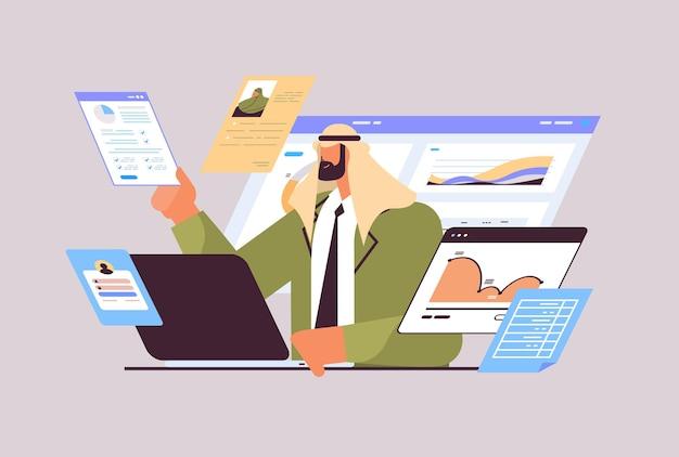 Empresário árabe analisando tabelas e gráficos análise de dados processo de planejamento de marketing digital empresa estratégia conceito retrato ilustração vetorial horizontal