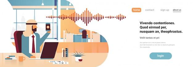 Empresário árabe segurar telefone inteligente banner