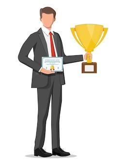 Empresário bem sucedido, segurando o troféu e mostrando o certificado do prêmio, comemora sua vitória. sucesso empresarial, triunfo, objetivo ou realização. vencimento da competição. estilo simples de ilustração vetorial