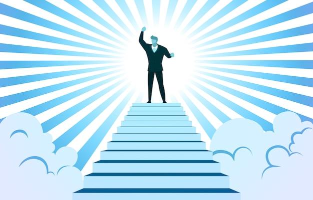 Empresário bem sucedido subir mão na escada superior nuvem raio de sol