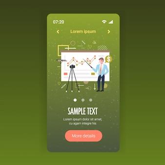 Empresário blogger explicando gráficos gráfico financeiro homem de negócios gravação de vídeo on-line com a câmera na apresentação de tripé blogging conceito comprimento total aplicativo móvel espaço de cópia