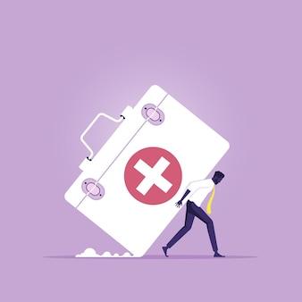 Empresário carregando uma grande caixa médica como seguro médico caro caro