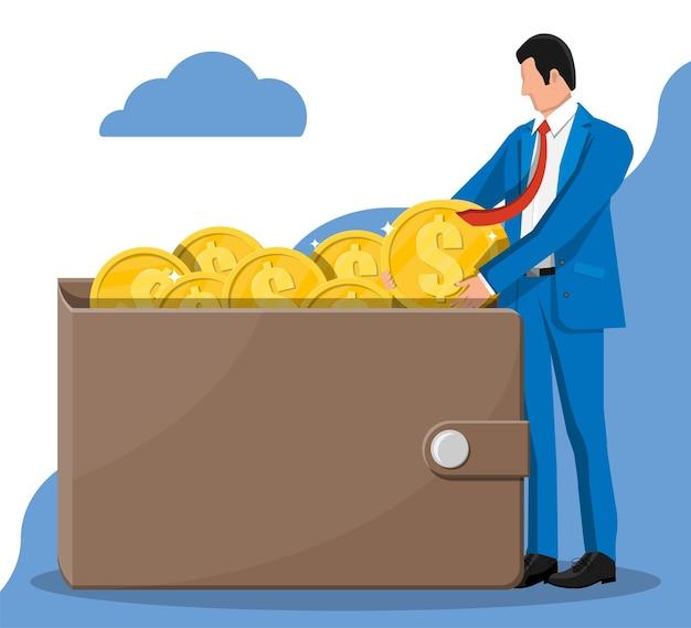 Empresário, colocando uma grande moeda de um dólar na carteira. bolsa de dinheiro em couro cheia de moedas de ouro. crescimento, renda, poupança, investimento. símbolo de riqueza. sucesso nos negócios. ilustração em vetor estilo simples.