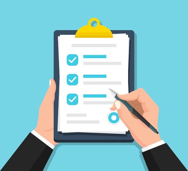 Empresário com as mãos segurando uma lista de verificação da prancheta com uma caneta em um design plano