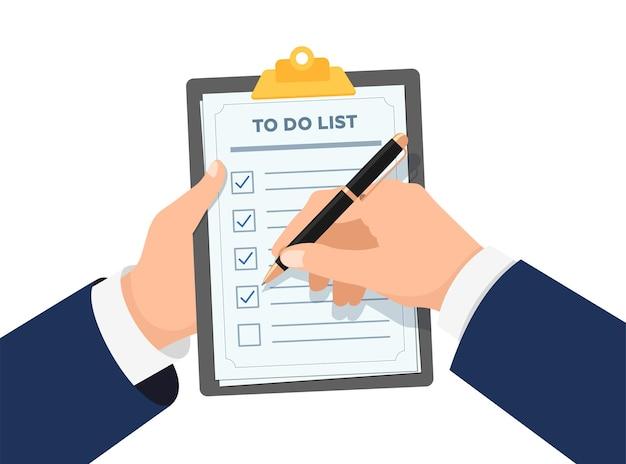 Empresário com as mãos segurando uma prancheta com a lista de verificação do homem de negócios com a caneta marcada na lista de verificação