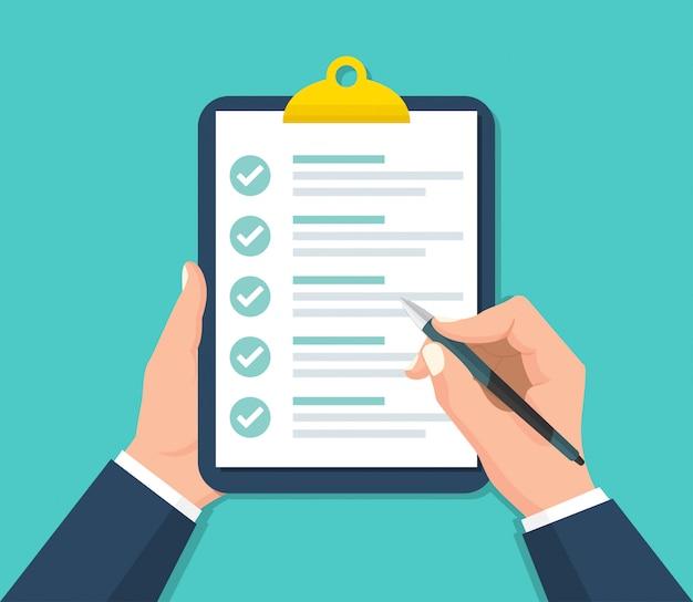 Empresário com as mãos segurando uma prancheta com uma lista de verificação em um design plano